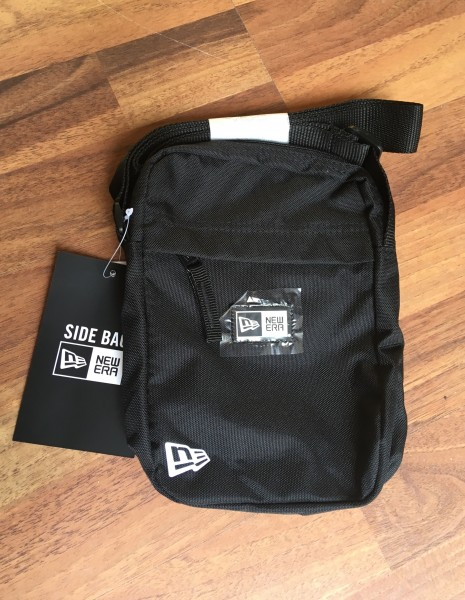 NE Essential Side Pack Black White von New Era